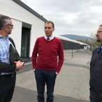 von links: Roland Weber, Fraktinsvorsitzender, Herr Kollai, Sprecher der Westfrankenbahn, Thorsten Meyerer, stellv. Landrat
